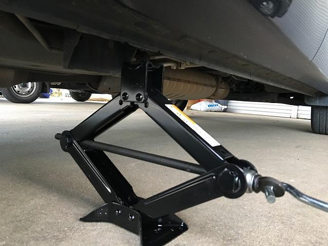 デリカD5 車載ジャッキでのジャッキアップ方法とスペアタイヤの降ろし方