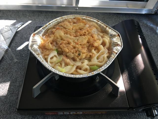 デリカD5で車中飯 セブンの天ぷら鍋焼きうどん編