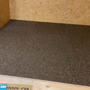 屋根裏収納DIY⑦ タイルカーペットを貼ってついに完成!
