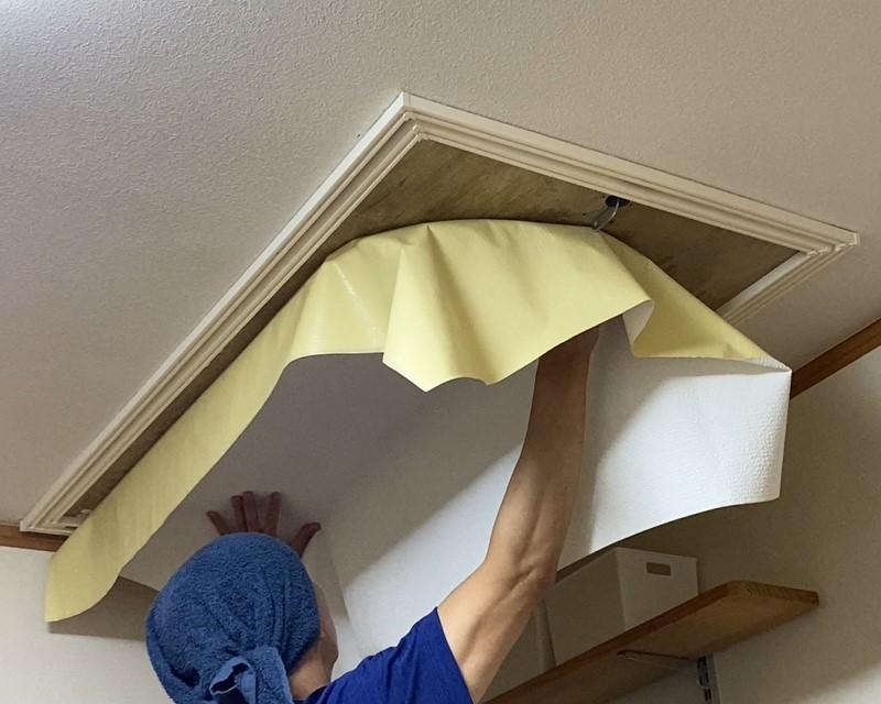 屋根裏収納DIY③ 天井収納はしごの仕上げ 額縁の取付けと壁紙(クロス)貼り